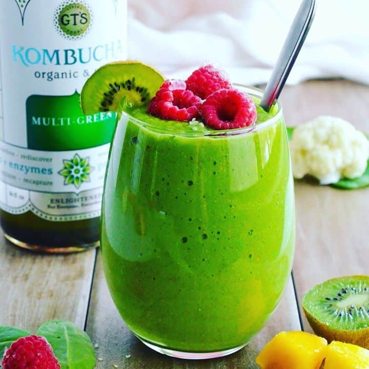 CAULIFLOWER SPINACH KOMBUCHA SMOOTHIE💚 With so many delicious holiday treats, I always make sure to get all my veggies & healthy